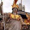 Хто така Афіна? У давньогрецькій міфології Афіна -богиня організованої війни, військової стратегії і мудрості